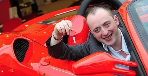 Ganador lotería compra Ferrari