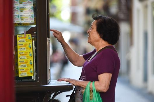 Femme jouant à la loterie
